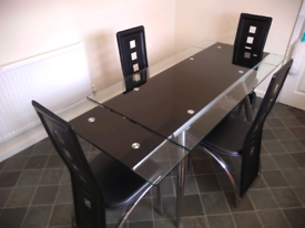 Buetifull extendable tempered glass table+6 chairs.