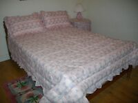 BEDSPREAD, SHAMS C/W PILLOWS, DECORATOR TABLE CLOTH