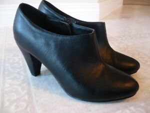 Cute LEATHER Black Ankle Boots from Aldo - Size 6