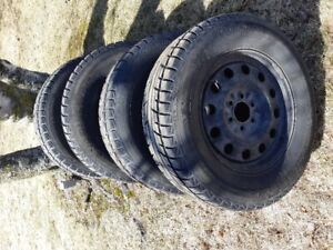 """4 pneus d'hiver 18"""" montée sur roues d'acier"""