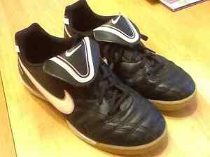 Nike youth indoor soccer shoes Sz 2