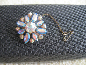 ADORABLE VINTAGE RHINESTONE BROOCH with SAFETY CHAIN