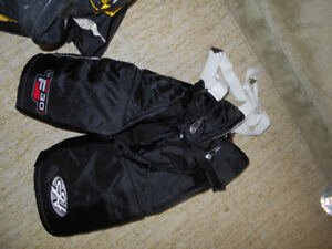 SIZE 14/LARGE KIDS' OR SMALL WOMEN'S HOCKEY EQUIPMENT