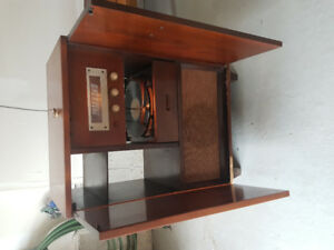 Antique GE tube radio with turn table.