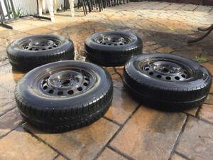 185/70/14 4 pneus été pirelli  8/32 avec jante comme neuf