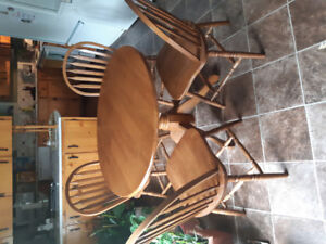 Round wooden dinning room table in very good condition.