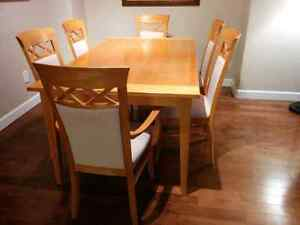 Mint condition dinning room table and chairs