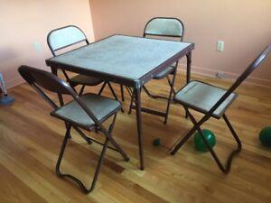 Table a cartes avec 4 chaises