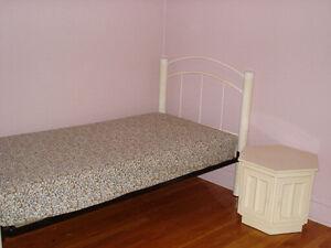 Lit simple avec matelas et le meuble