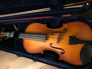 4/4 violin with case, shoulder rest, and bow
