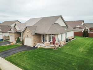 * WOW* STYLISH SPACIOUS SEMI-DETACHED BUNGALOW IN BEAMSVILLE!