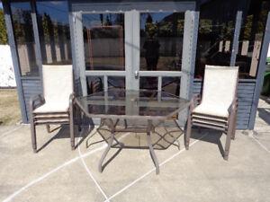 Table hexagonale et chaises de patio