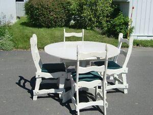 Table de cuisine avec chaises en bois à vendre