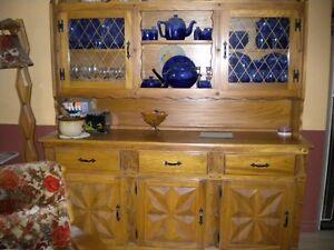 Table de cuisine, chaises et buffet (vaisselier) en bois massif