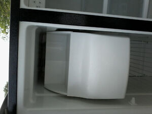 22.6 cubic foot side by side refrigerator with water and ice mak Peterborough Peterborough Area image 3