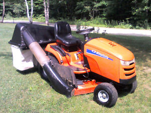 Simplicity Lawn Tractor with Triple Bagger Gatineau Ottawa / Gatineau Area image 1