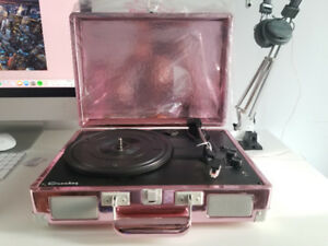 CROSLEY RECORD PLAYER WITH BLUETHOOTH SPEAKERS IN GOOD CONDITION