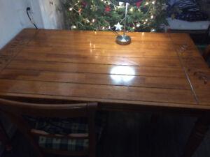 table en bois avec 3 chaisses