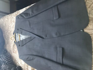 Men's suit made by Chaps. 46 R includes matching pants.