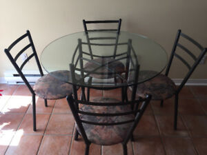 Table ronde, 4 chaises