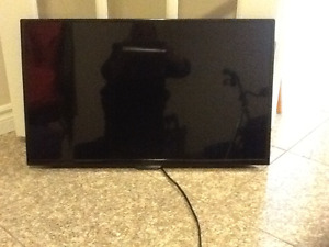 32 INCH INSIGNIA TV + REMOTE