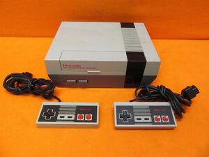 Nintendo NES + 2 manettes + 4 cassettes -> 96 jeux + manuels