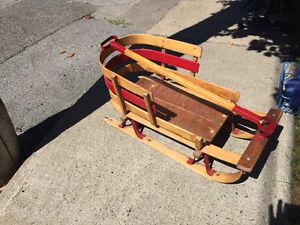 Traîneau en bois vintage pour bébé