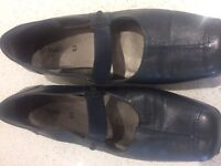 LADIES NAVY FROGGLE SHOES SIZE 7