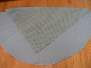 ATTRACTIVE ROUND SOFT-GREEN TABLE CLOTH with CONTRASTING CENTER
