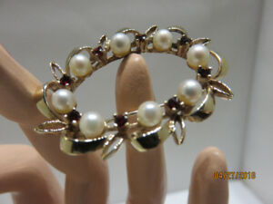 10KT YELLOW GOLD, PEARL AND RED GARNET  OVAL SHAPE WREATH BROOCH