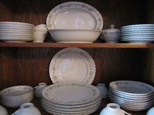 Set de vaisselle de 6 personne en porcelaine parfaite condition