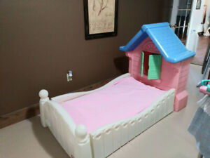 Cozy Cottage Toddler Bed / Dollhouse