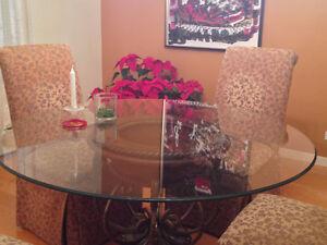 magnifique table ronde , dessus en verre , 4 chaises en tissu