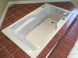 Bain podium avec jets, excellente condition