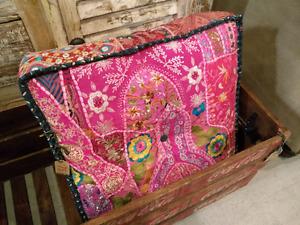 Tapis , pouf, couverture antique