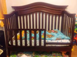Crib with mattress, mattress cover and toddler rail