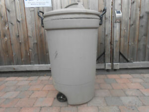 Garbage cans Rubbermaid