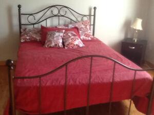 Base de lit double quasi neuve(facture à l'appui) avec sommier