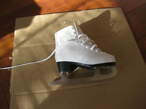 girl's firgure skates sze 1 and 13 good condition clean Kitchener / Waterloo Kitchener Area image 3