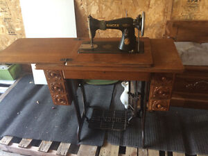 Antique Vintage Singer Sewing Machine/Table