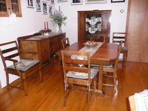 Ensemble de salle à dîner, table avec rallonge et 6 chaises dont