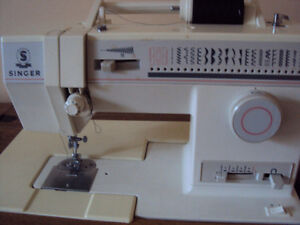 SINGER SEWING MACHINE **ALMOST BRAND NEW!!**