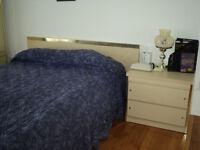 Complete bedroom set/Chambre à coucher