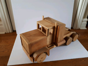 Grand camion de bois