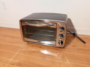 Oster Oven in good condition. It heats up above and below.  Dime
