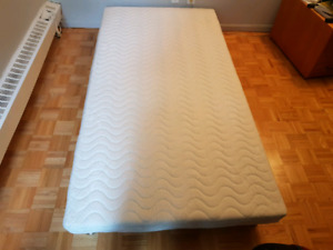 Single bed with mattress / lit simple avec matelas