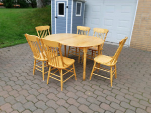 Kitchen table and 6 chairs ( delivery available)