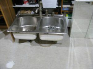 évier double de cuisine avec robinets Moen