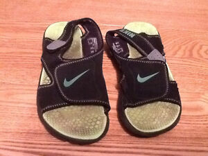 Boys size 3 Nike sandals