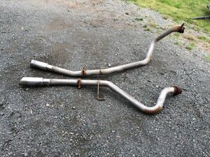 Dual exhaust pipes Toyota Tundra